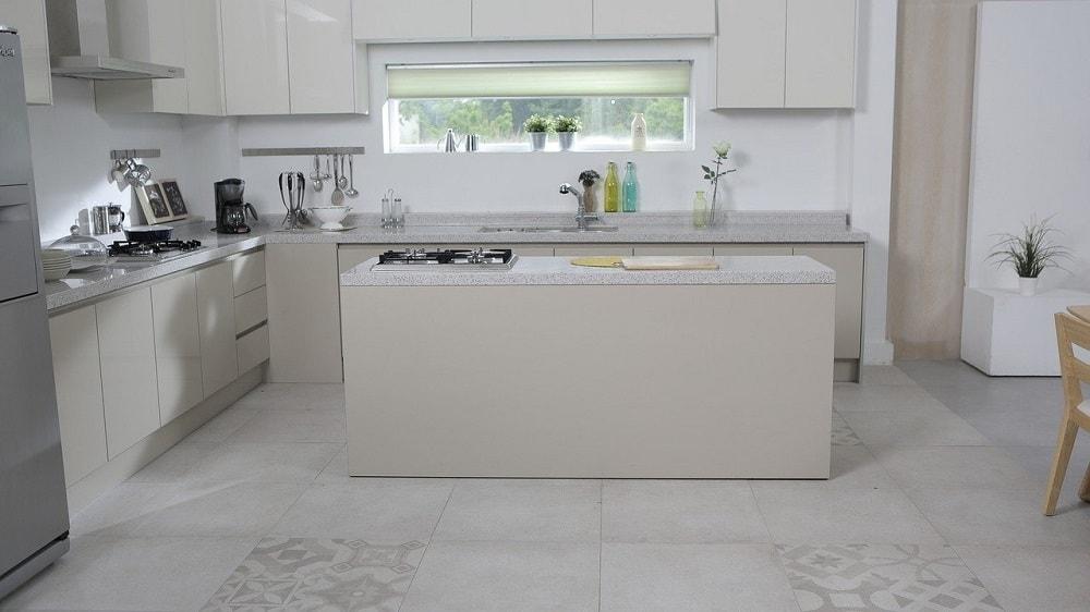 zwykła biała ściana w kuchni
