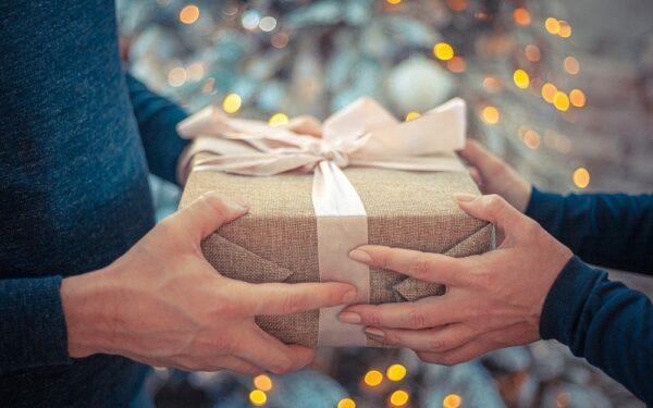 Pierwsza wizyta u teściów – jak się zachować i co kupić na prezent?