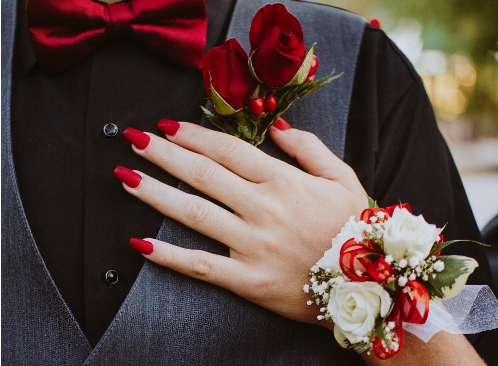 długie czerwone paznokcie