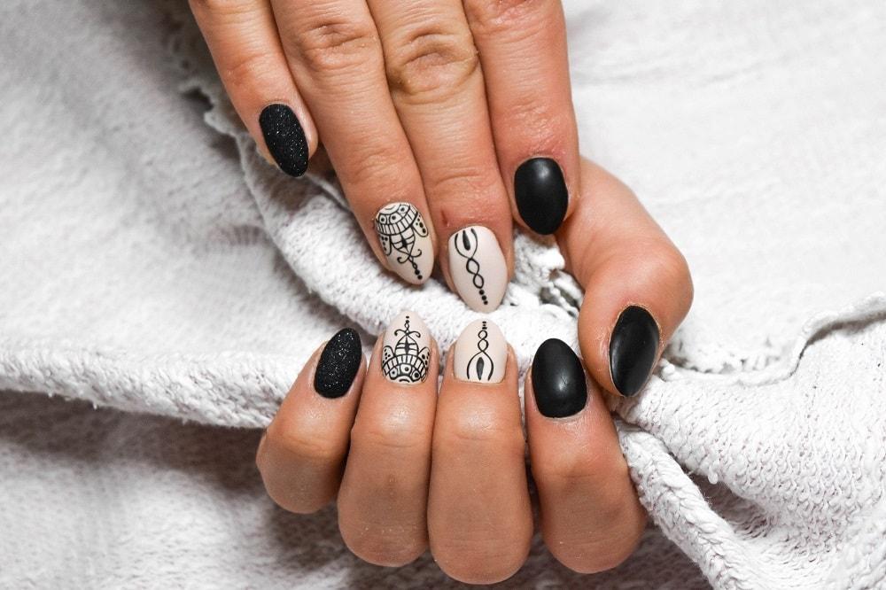czarno białe paznokcie z wzorami