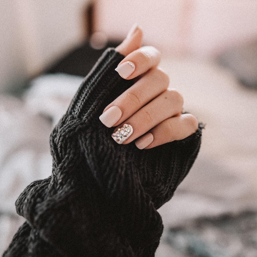 naturalne paznokcie z wzorem