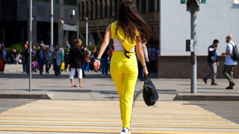 Najmodniejsze dresy damskie na wiosnę – na te modele stawiają influencerki